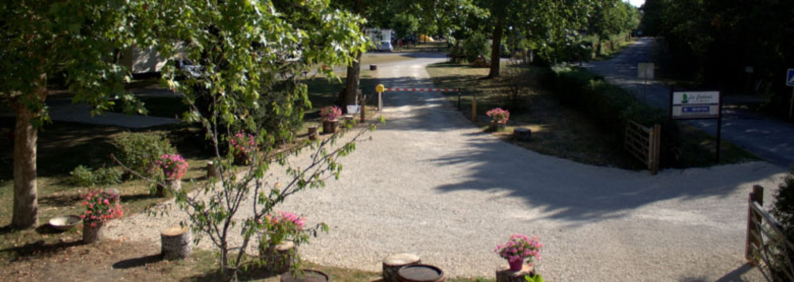 1Camping-les-cochards-entree-seigy©Camping-Les-Cochards
